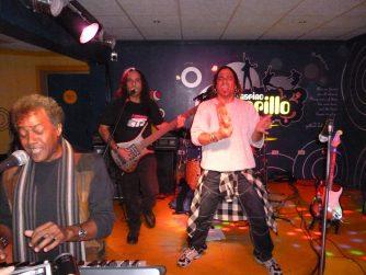 William Bonachea junto a Ángel Luis Fundichel (teclados) y Ruffo de Armas (bajo)